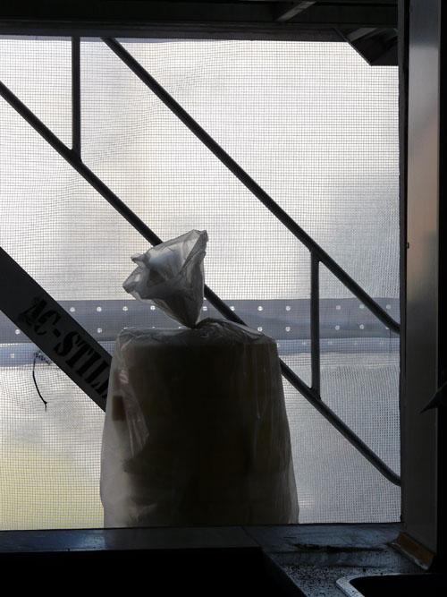 Ensom sæk i vindueåbning